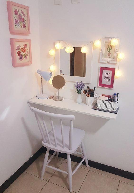 Penteadeira suspensa com luzes acima do espelho