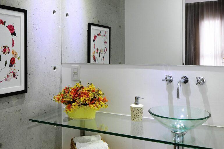 Gabinete para banheiro de vidro com nicho de madeira - Via: Revista VD