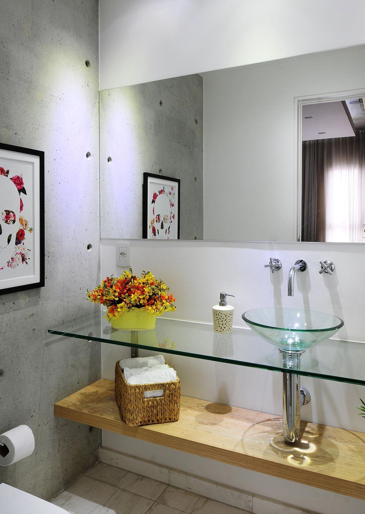 Gabinete para banheiro de vidro com nicho de madeira