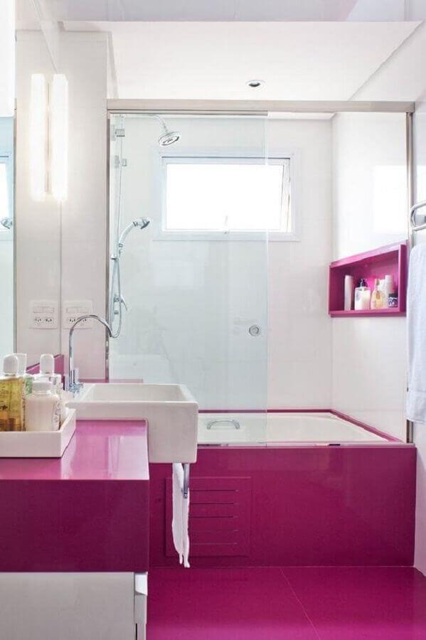 piso e nicho cor de rosa escuro para decoração de banheiro branco Foto Casa de Valentina