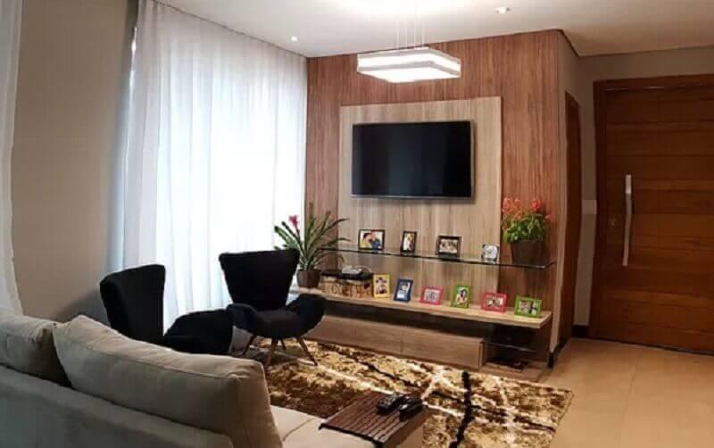 poltrona ideal para sala pequena decorada com tapete felpudo Foto Pinterest
