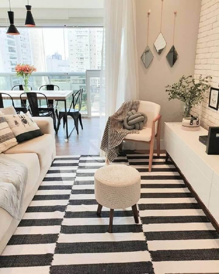 poltrona para sala pequena branca decorada com tapete listrado Foto Pinterest