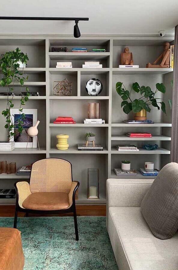 poltrona pequena para sala com estante planejada Foto Apartment Therapy