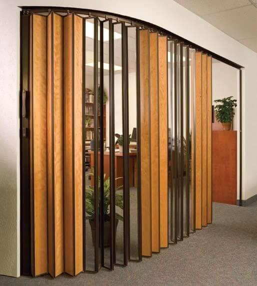 Sala de estar com porta sanfonada