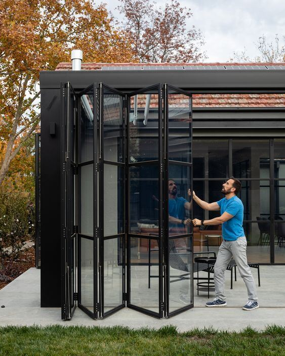 Porta sanfonada com vidro para casas com jardim