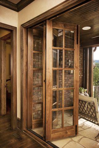 Use os modelos de porta sanfonada com vidro e madeira para jardim e varanda