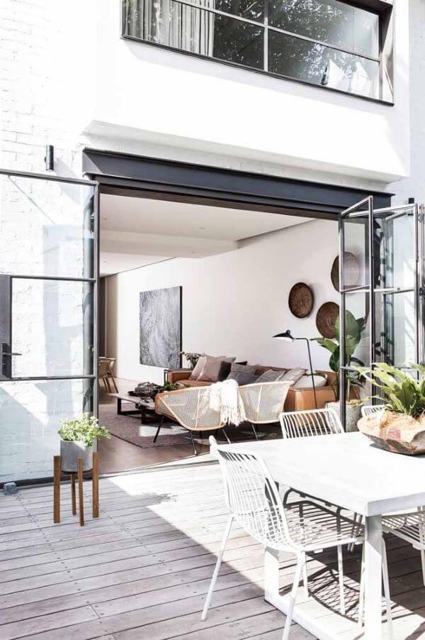 Sala de estar ampla com porta sanfonada de vidro