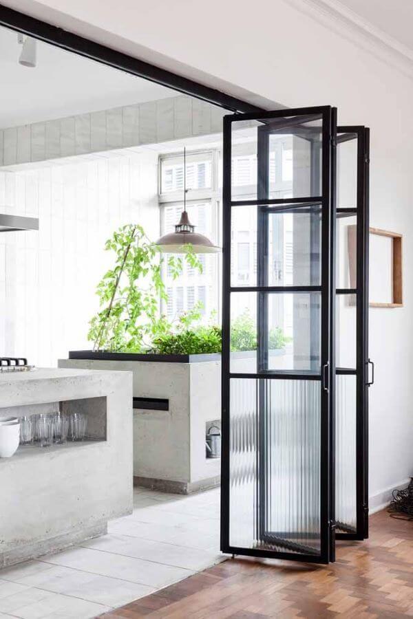Aposte na delicadeza da porta sanfonada de vidro para sua cozinha moderna
