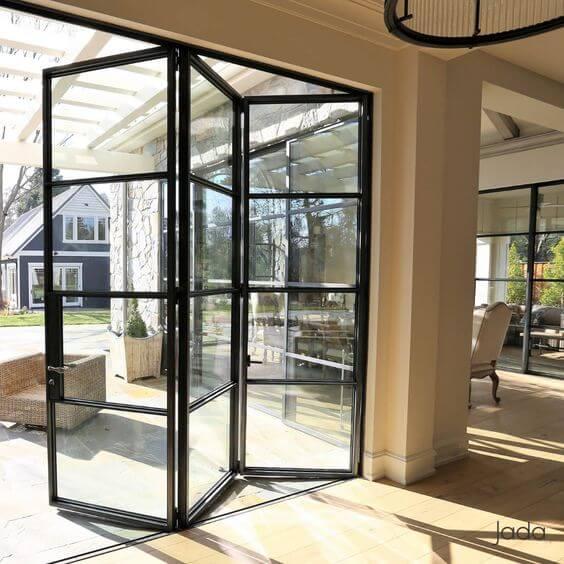 Porta sanfonada de vidro para varanda moderna