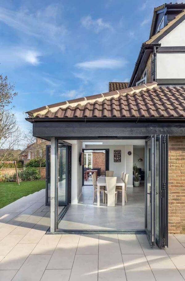 Casa com porta sanfonada de vidro