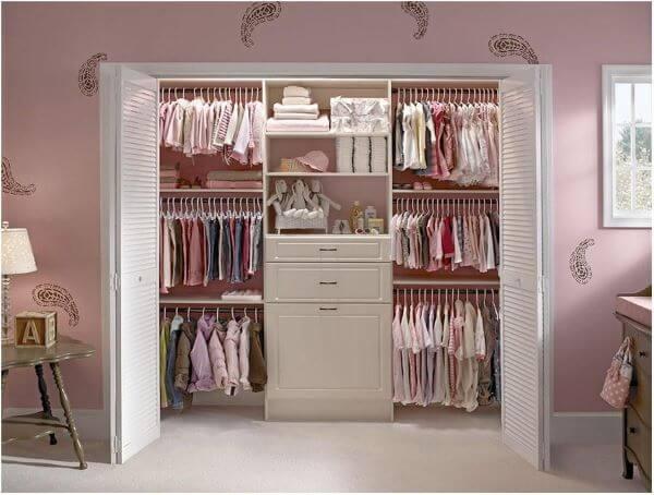 Porta sanfonada no closet feminino
