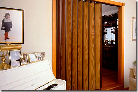 Sala de estar com porta de correr sanfonada