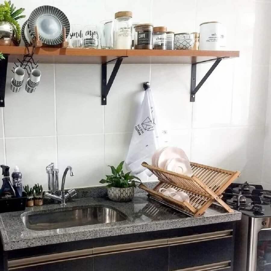 prateleira industrial para cozinha decorada Foto Carla Mendes