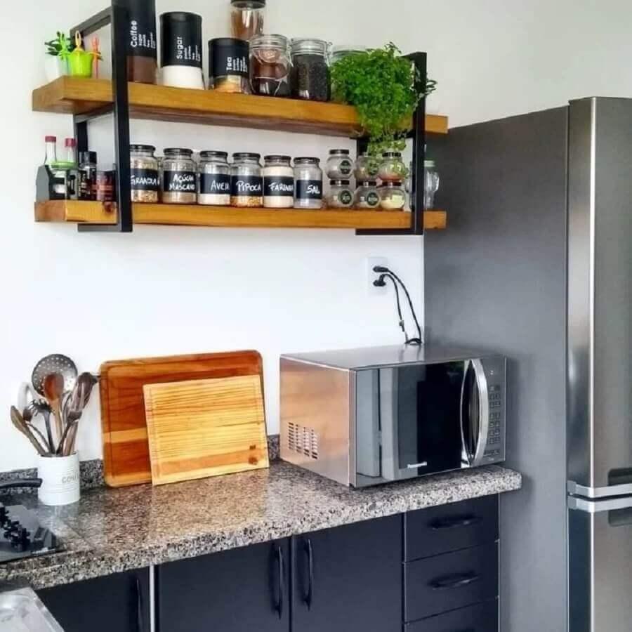 prateleira industrial para cozinha decorada com bancada de granito Foto Archilovers