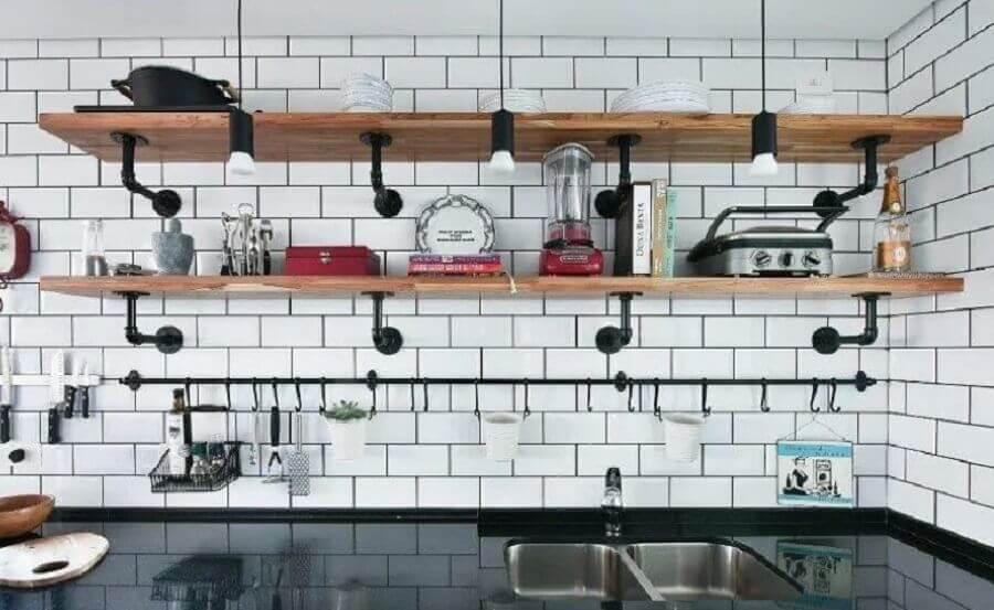 prateleira industrial parede para cozinha Foto Gabi Marques
