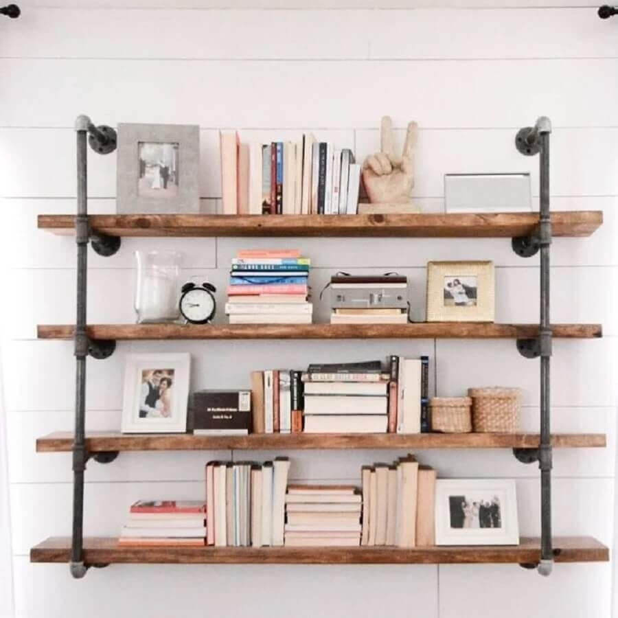 prateleira industrial parede para livros Foto Amanda Fontenot