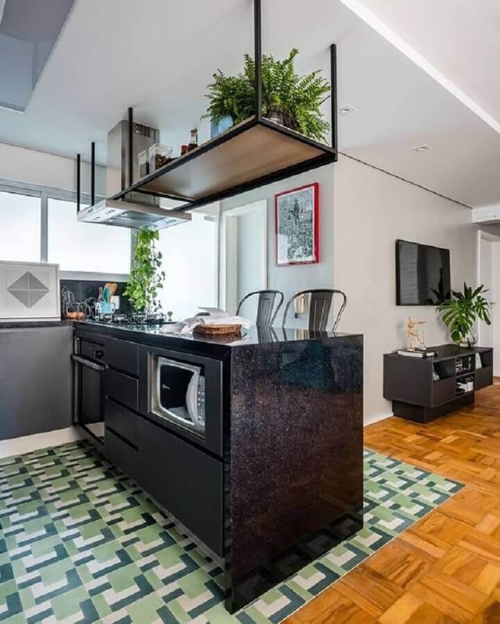 prateleira industrial suspensa para cozinha americana com bancada preta Foto Apartment Therapy