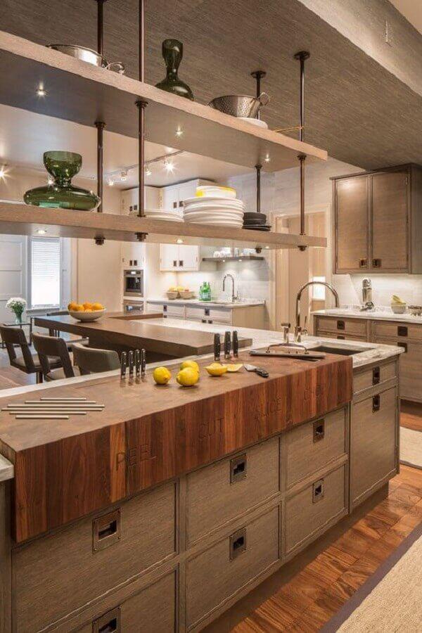prateleira industrial suspensa para cozinha ampla moderna Foto Architectural Digest
