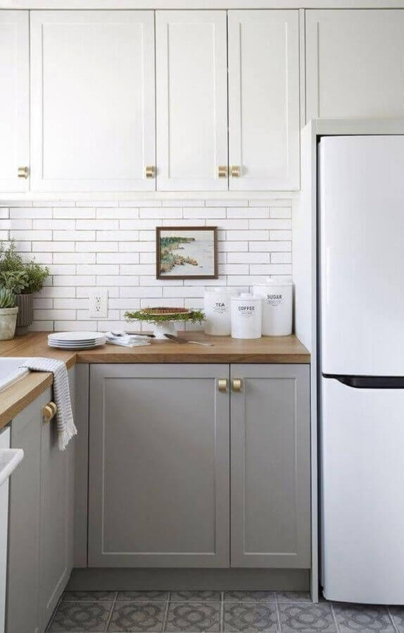 puxadores dourados para armário de cozinha branco e cinza com design clássico Foto INÁ Arquitetura