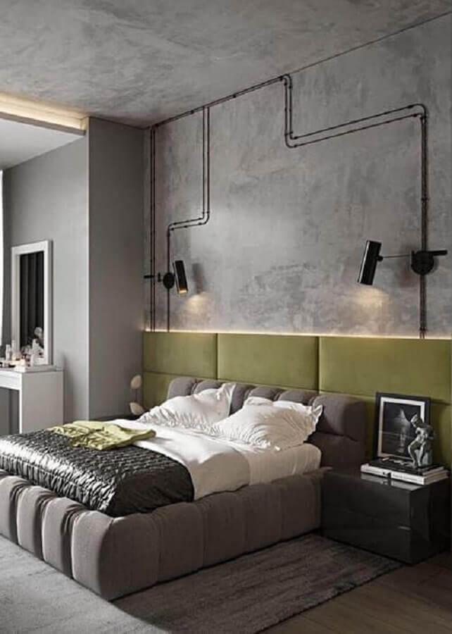 quarto cinza moderno decorado com cabeceira estofada verde planejada Foto Casa de Irene