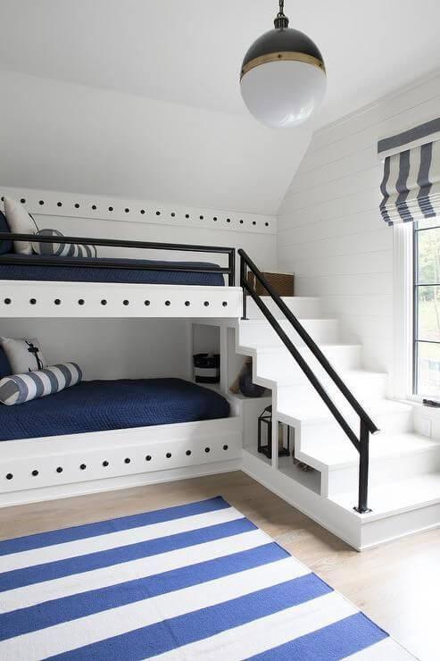 Quarto com beliche planejada e escada segura