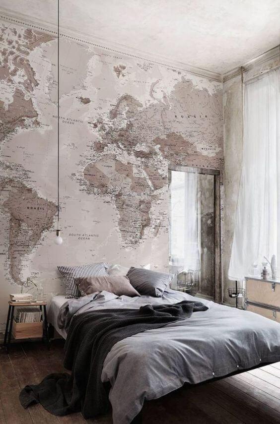 Quarto com cama flutuante e papel de parede de mundo