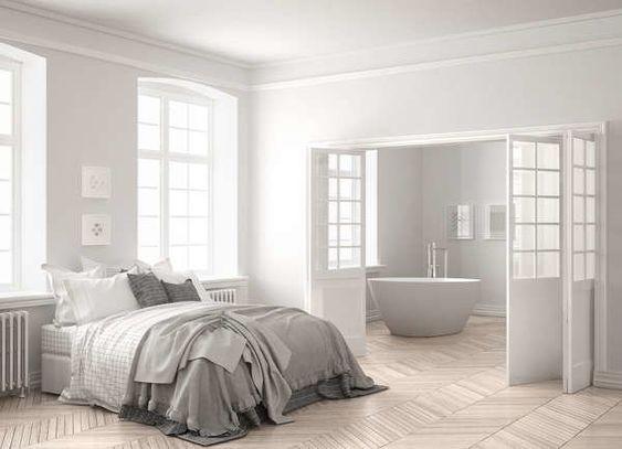 Quarto branco com porta sanfonada