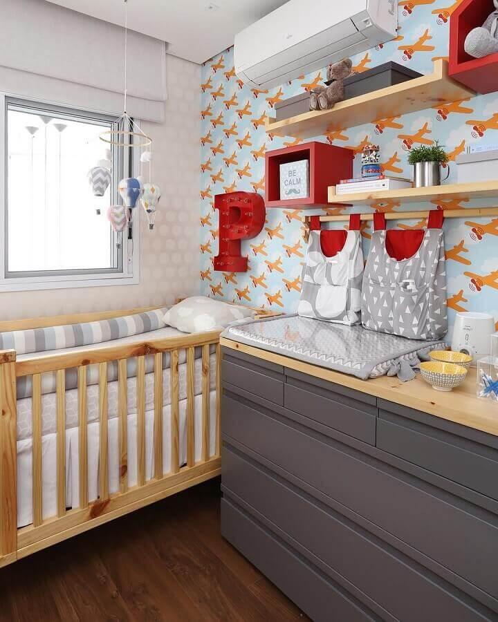 quarto de bebê decorado com papel de parede de aviões e berço de madeira Foto Pinterest