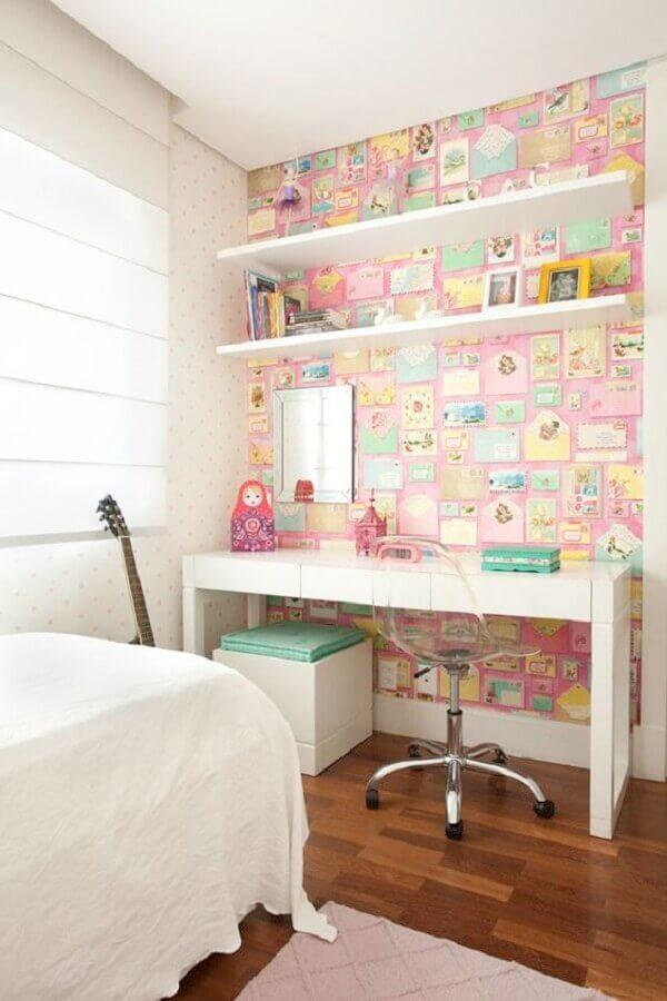 quarto decorado com cadeira para escrivaninha transparente Foto Pinterest
