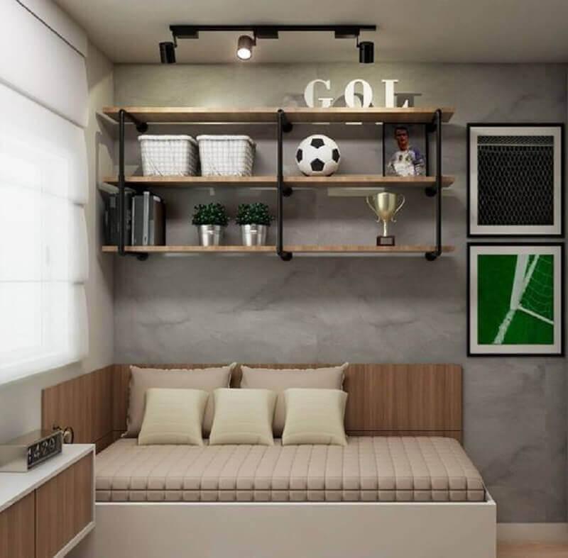 quarto decorado com parede de cimento queimado e prateleira industrial parede Foto Pinterest