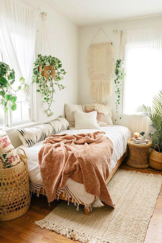 Quarto estilo boho chic clean, decorado com plantas