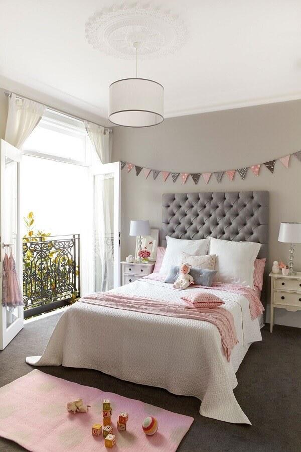 quarto feminino cinza e rosa decorado com cabeceira de cama de solteiro capitonê Foto Houzz