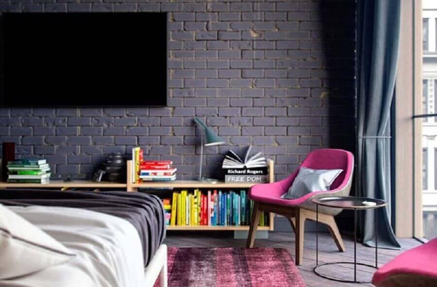 quarto moderno decorado com poltrona decorativa rosa e parede de tijolinho pintada de preto Foto Home Fashion Trend