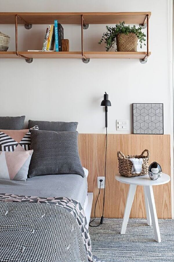 quarto moderno decorado com prateleira estilo industrial Foto CASA100 Arquitetura