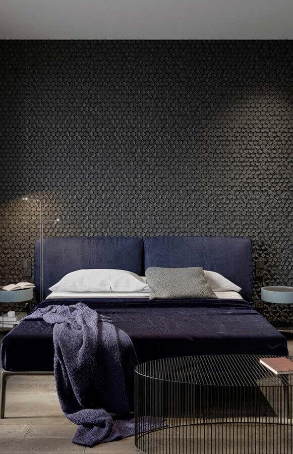 quarto preto moderno decorado com cabeceira estofada azul marinho Foto Otimizi