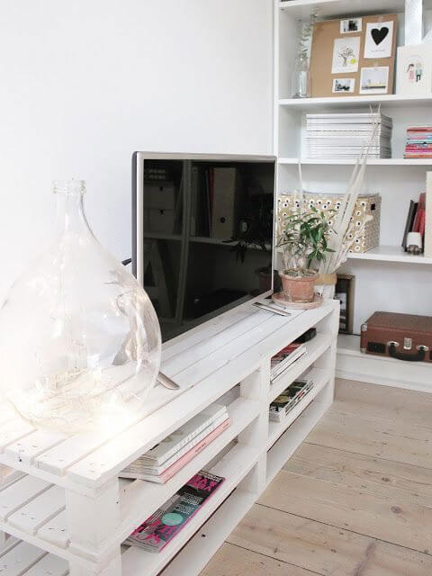 Rack de palete branca na sala de tv