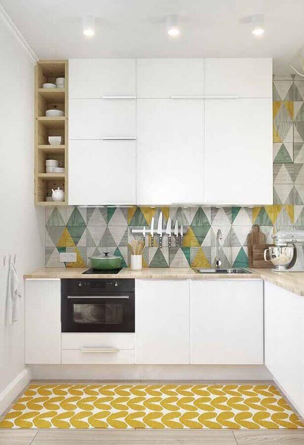 revestimento colorido para cozinha clara com armário de cozinha planejado branco de canto Foto Home Fashion Trend