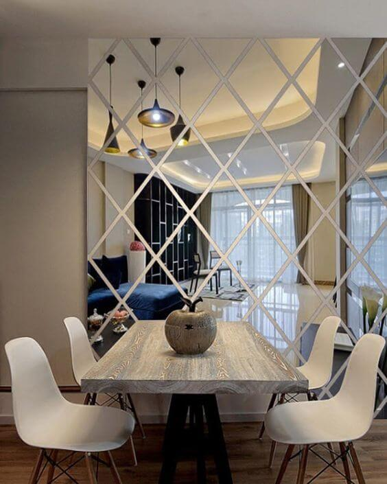 Revestimento para sala de jantar com espelho