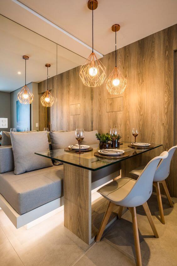Revestimento para sala madeira e espelho com lustre moderno