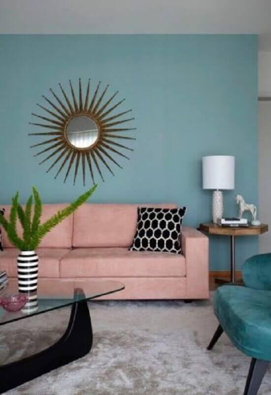 sala azul decorada com sofá cor de rosa e tapete cinza claro Foto Conexão Décor