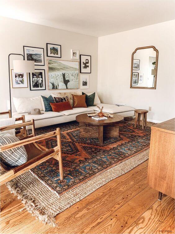 Sala boho chic com móveis de madeira