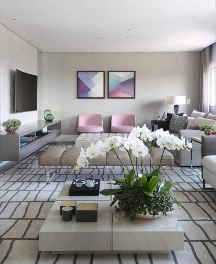 sala cinza ampla e moderna decorada com poltrona cor de rosa claro Foto Karen Pisacane
