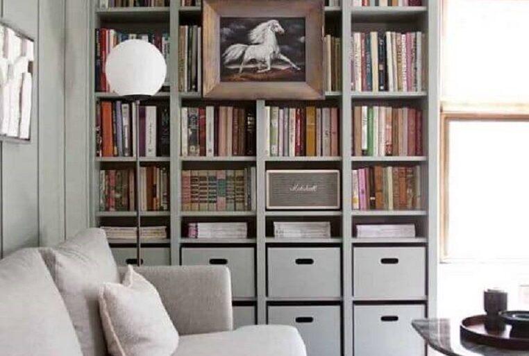 sala cinza planejada com estante para livros Foto Apartment Therapy