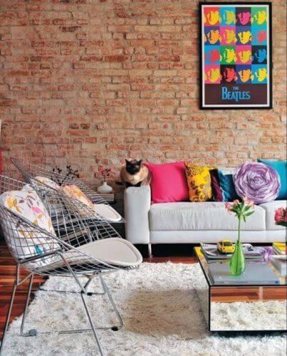 Sala moderna e colorida com papel de parede tijolinho