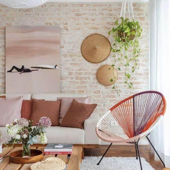 Revestimento para sala de estar com cadeira acapulco colorida