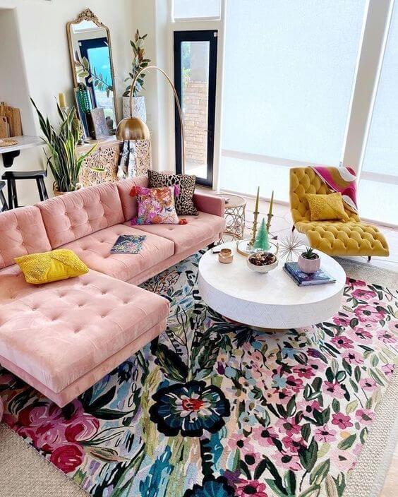 Sala de estar colorida com poltrona divã amarelo