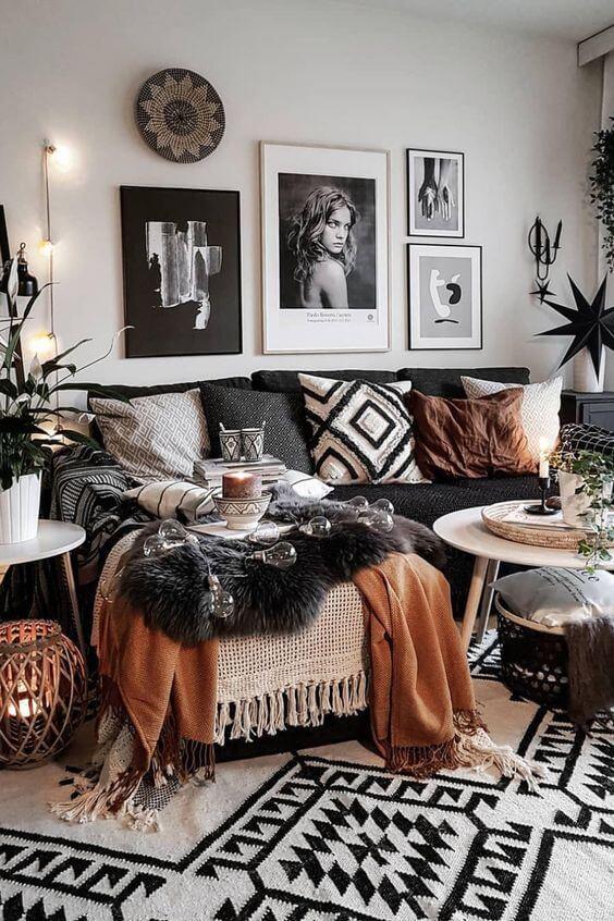 Sala moderna com estampas africanas nas almofadas