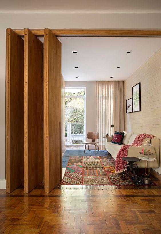 Sala com porta sanfonada