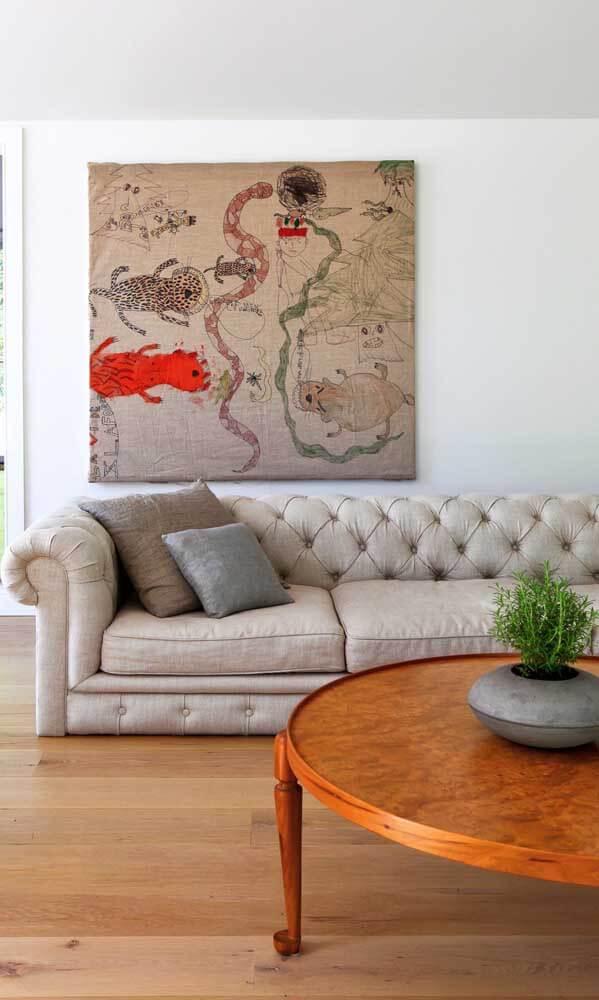 Sala de estar com sofá chesterfield off white