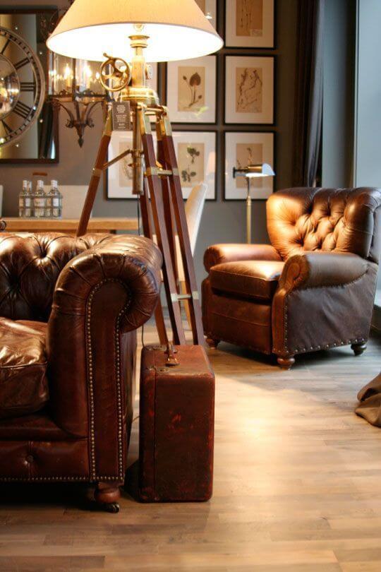 Sala com sofá e poltrona chesterfield